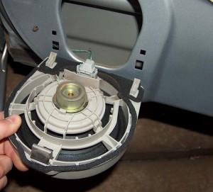 Kuvassa muuan japanilaisen auton ( vm 2007 ) alkuperäinen ovikaiutin